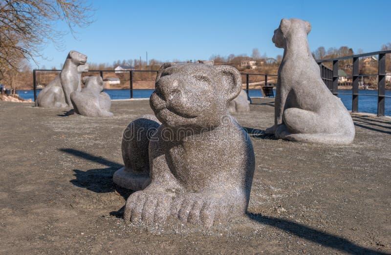 Narva Estonia, Marzec, - 16, 2017: Rzeźbiona grupa - lwy na deptaku wzdłuż Narva rzeki Rzeźba symbolizuje fotografia stock