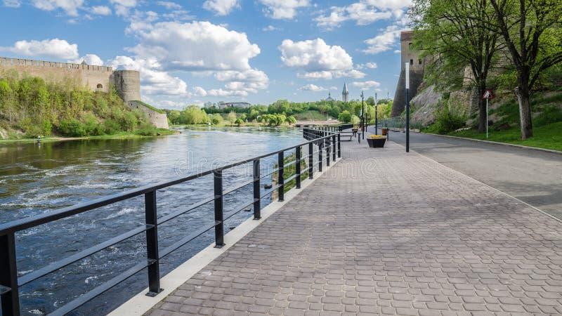 Narva flodinvallning med semesterfirarefolk och gränsen av Ryssland och den europeiska unionen royaltyfri fotografi