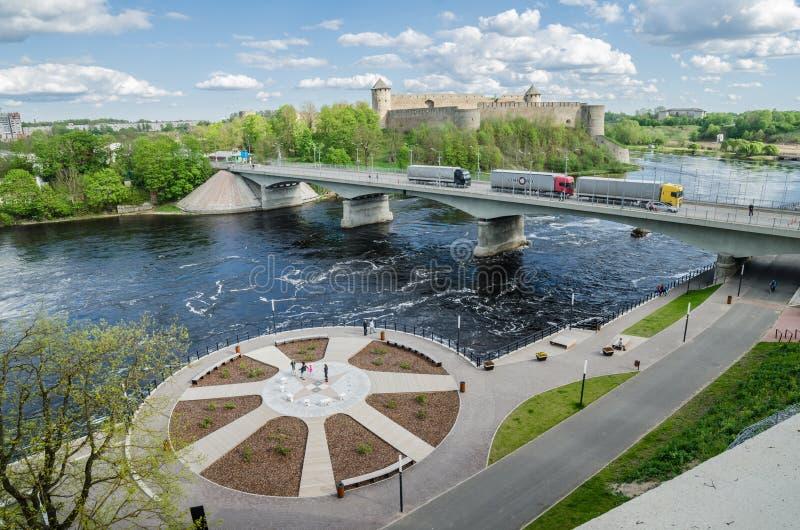 Narva flodinvallning och en härlig sikt av den Ivangorod fästningen och gränsen av Ryssland och den europeiska unionen royaltyfri bild