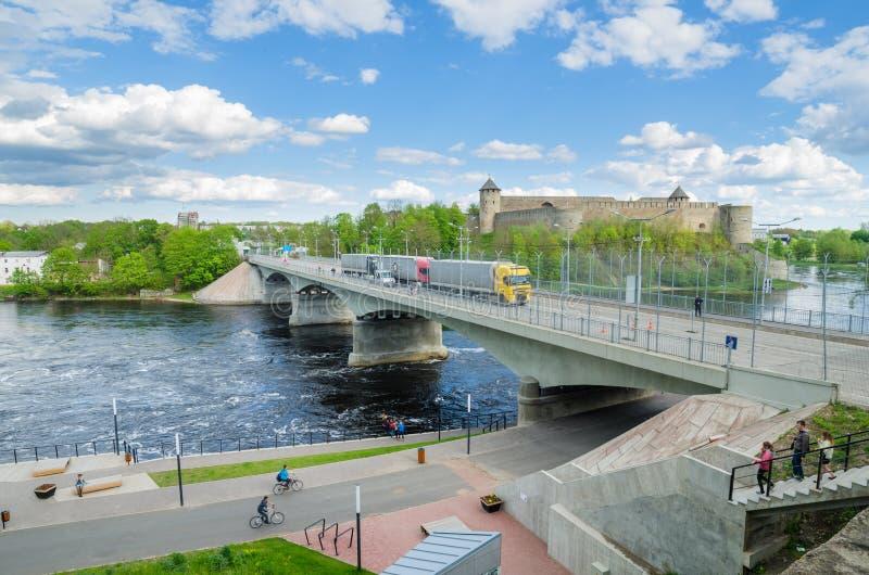 Narva flodinvallning och en härlig sikt av den Ivangorod fästningen och gränsen av Ryssland och den europeiska unionen royaltyfri foto