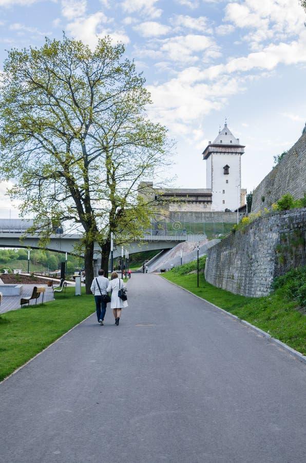 Narva flodinvallning och en härlig sikt av den Ivangorod fästningen och gränsen av Ryssland och den europeiska unionen arkivbild