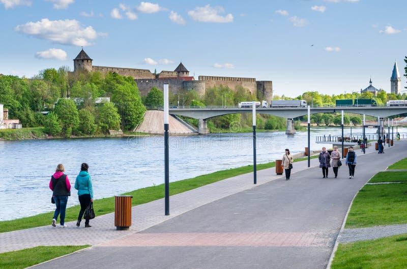 Narva flodinvallning och en härlig sikt av den Ivangorod fästningen och gränsen av Ryssland och den europeiska unionen royaltyfri fotografi