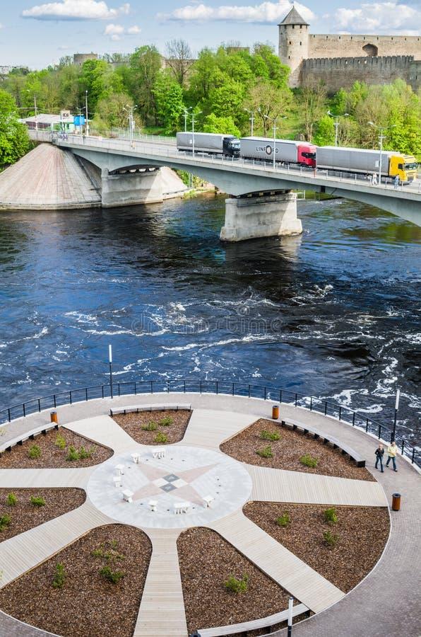 Narva flodinvallning och en härlig sikt av den Ivangorod fästningen och gränsen av Ryssland och den europeiska unionen royaltyfria bilder