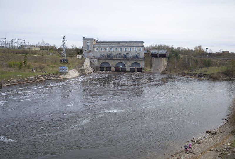 Narva hydroelektrisch, bewölkter Tag Ivangorod, Russland stockfotografie