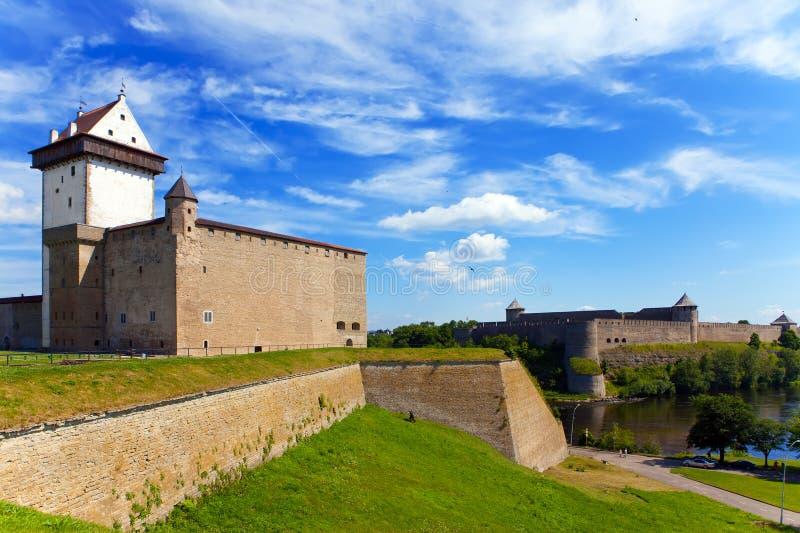 Narva, l'Estonia e Ivangorod dietro il fiume immagine stock libera da diritti