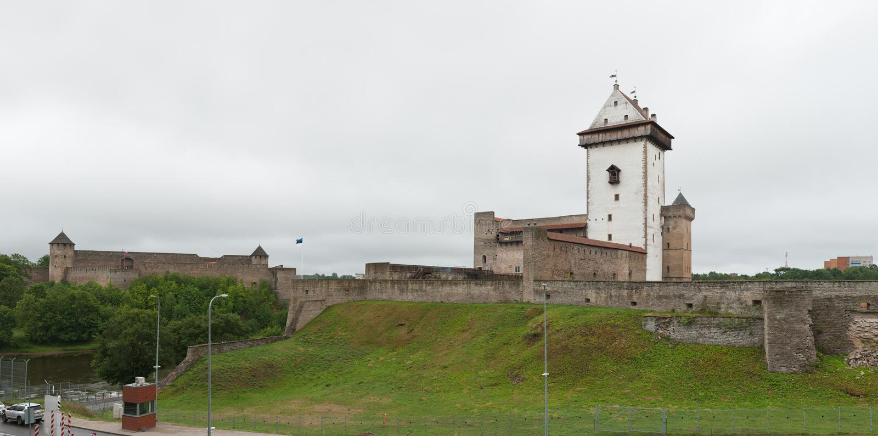 Narva slott och Ivangorod fästning i Estland arkivfoto