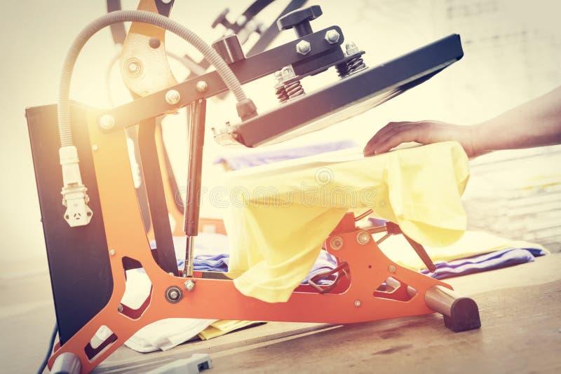 Narządzanie koszulka dla drukować w jedwabniczego ekranu drukowej maszynie obrazy stock