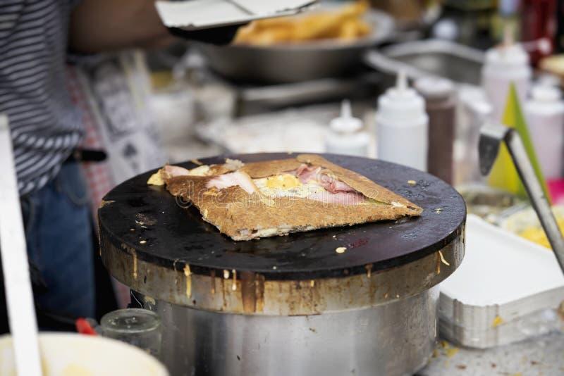 Narządzanie krepa, galette z baleronem, ser i jajko na czarnym talerzu, Lata miasta przyjęcie Pojęcia krajowy jedzenie, bardzo sm obraz royalty free