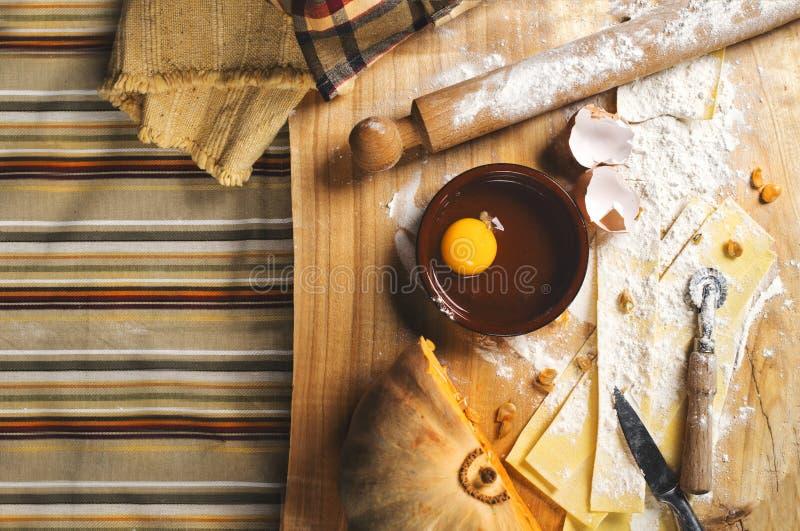 Narządzanie pierożek w kuchni z narzędziami i składnikami zdjęcie royalty free