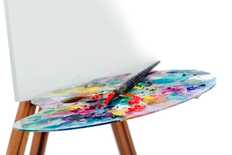 Narzędzia artysta Szczotkują, drewniany sztalugi tripod, paleta kolorowa biały tło, studio, nikt odosobniony fotografia royalty free