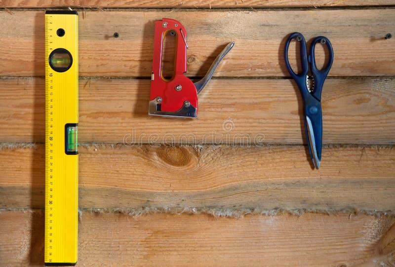 Narzędzia dla budować na drewnianym tle z sosnowym szalunkiem obraz royalty free