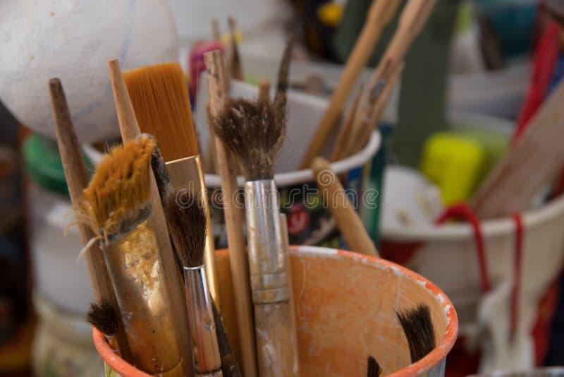 Narzędzia dla uszycia i rysunku, muśnięcia, farby, ołówki fotografia stock
