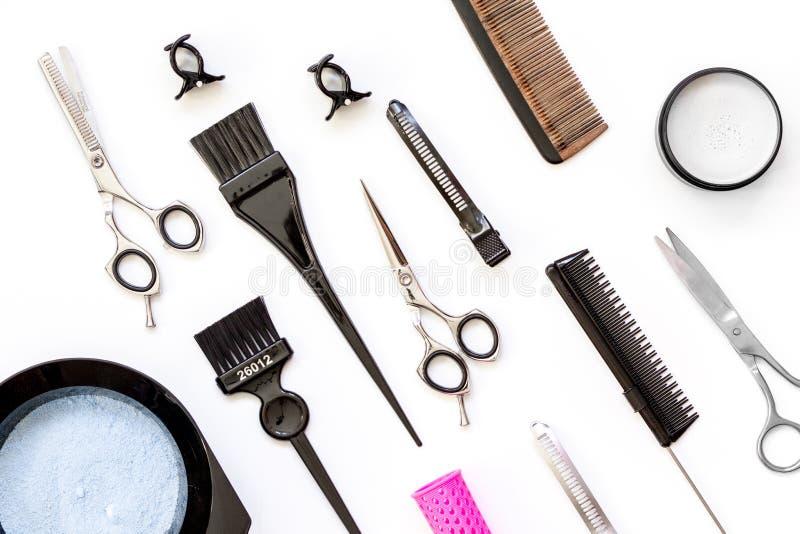 Narzędzia dla włosianego barwidła i hairdye odgórnego widoku bielu tła zdjęcia stock