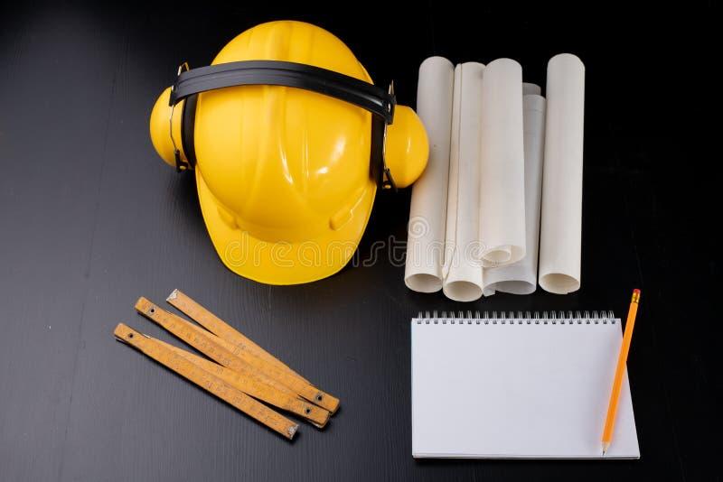 Narzędzia i notatki dla cieśli na warsztata stole Akcesoria dla produkcja pracownika zdjęcia royalty free
