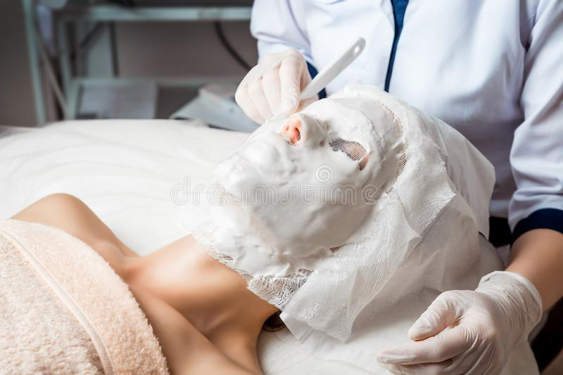 Narzędzia kosmetologia ciało opieki zdrowia spa nożna kobieta wody w spa Ultradźwięk kawitaci ciało Obrysowywa traktowanie Kobiet fotografia royalty free
