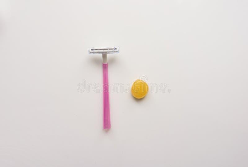 Narzędzie, instrument dla włosianej depilaci: żyletka i słodzenie na białym tle wierzchołek Zakończenie Akcyjna fotografia royalty ilustracja