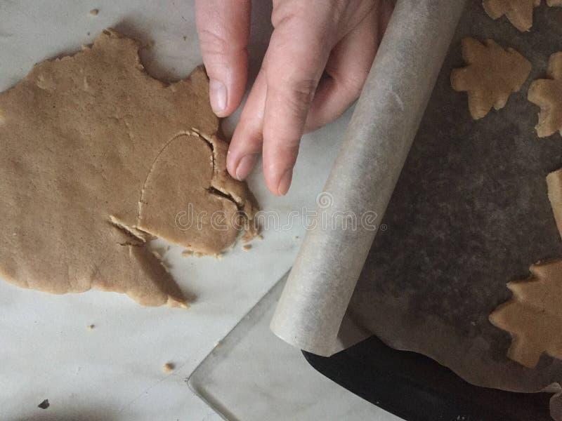 Narz?dzanie imbiru ciastka ciie za starym no?u w formie serca i choinek ciastek obraz stock