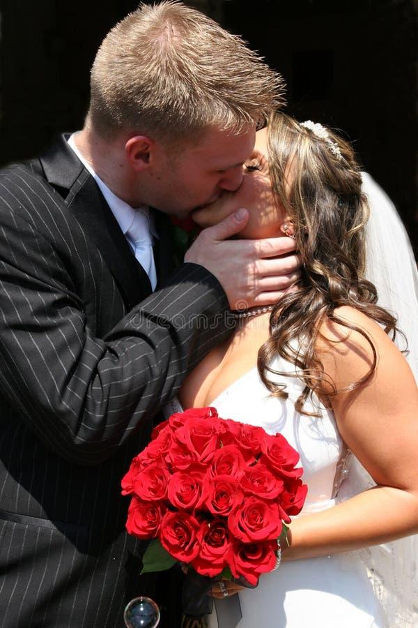 narzeczona młodego pocałunek. zdjęcie royalty free
