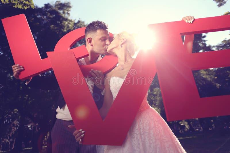 Download Narzeczona Młodego Pocałunek Obraz Stock - Obraz złożonej z pomysł, trawy: 57659867