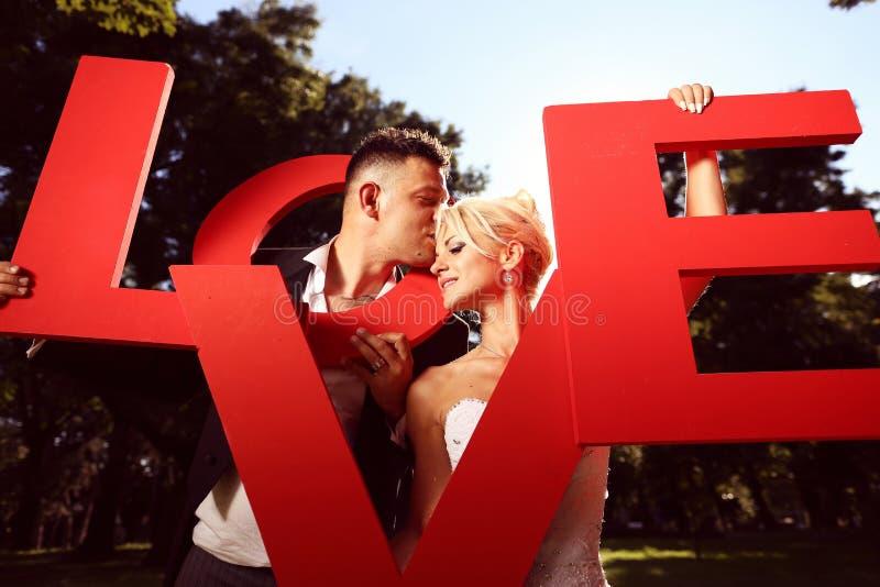 Download Narzeczona Młodego Pocałunek Zdjęcie Stock - Obraz złożonej z małżeństwo, kwiaty: 57659874