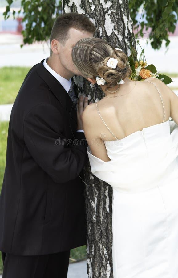 narzeczona młodego pocałunek. obrazy stock