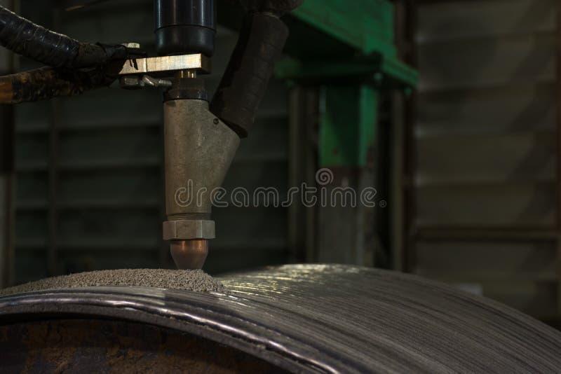 Narzuta spawa mocno ukazywać się stalowa rolka obok zanurza łuku spawu proces zdjęcia royalty free