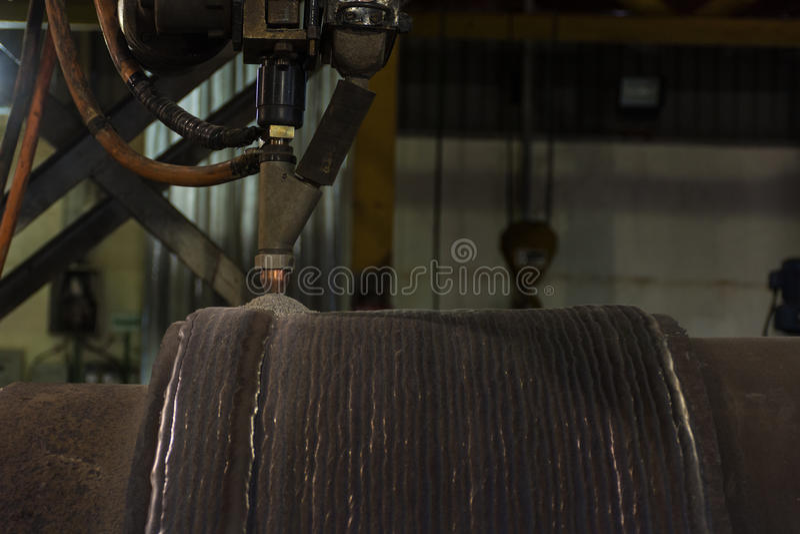 Narzuta spawa mocno ukazywać się stalowa rolka obok zanurza łuku spawu proces fotografia stock