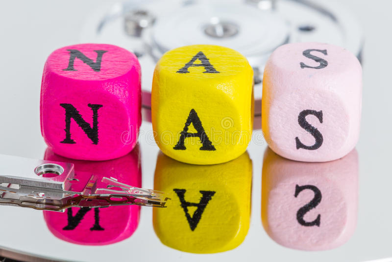NAS-Buchstabewürfel auf Festplattenkonzept stockbild