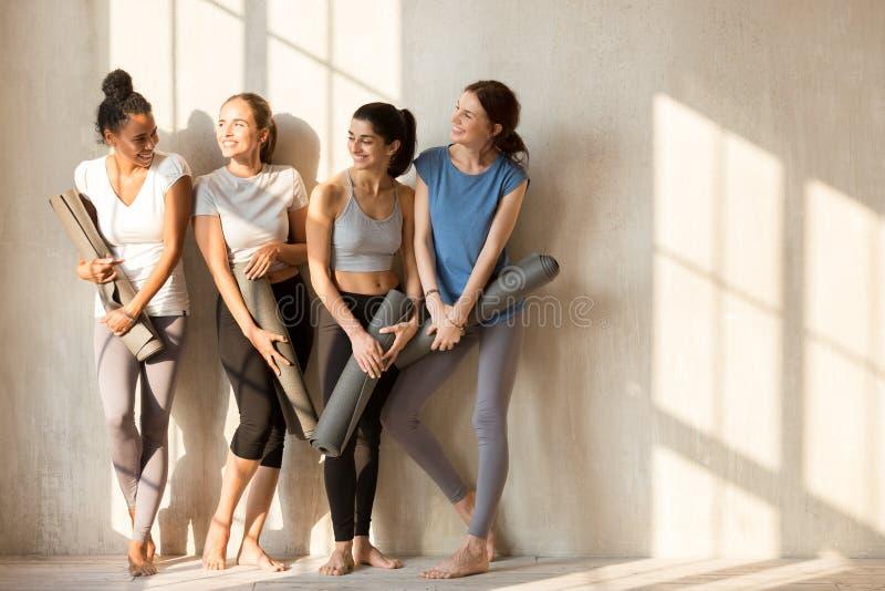 Nas meninas ensolaradas de uma manhã recolhidas no gym para o exercício imagens de stock