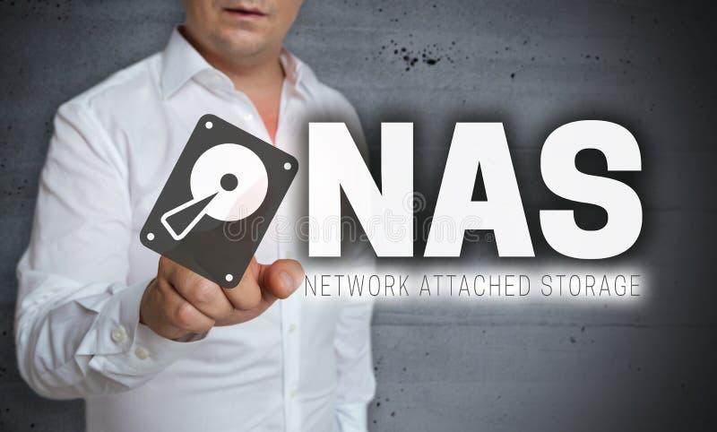 NAS-mit Berührungseingabe Bildschirm wird vom Mann bearbeitet lizenzfreies stockbild