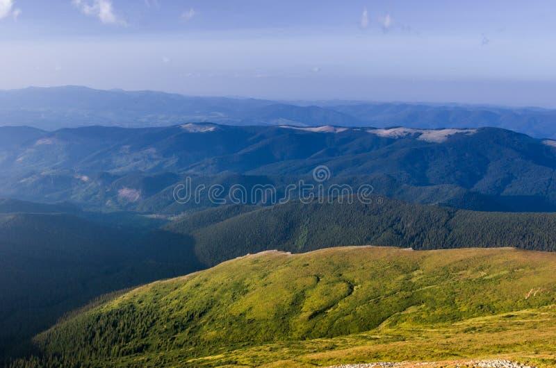 Nas montanhas com amor Amor do turismo foto de stock