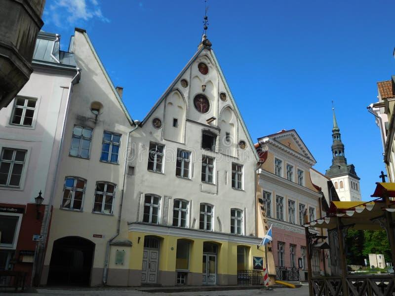 Nas ruas do centro histórico medieval de Tallinn, Estônia foto de stock royalty free