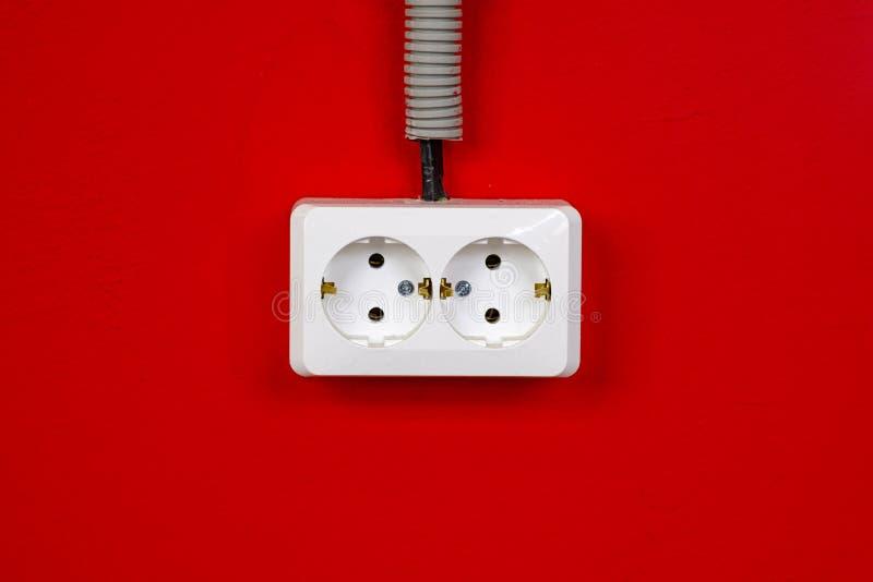 Nasadka na czerwonej ścianie kosmos kopii Poj?cie energia - savings Rewolucjonistki ściana z europejskim elektrycznym ujściem zdjęcie royalty free