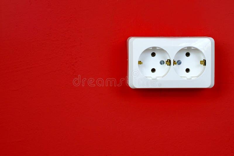 Nasadka na czerwonej ścianie kosmos kopii Poj?cie energia - savings Rewolucjonistki ściana z europejskim elektrycznym ujściem obrazy royalty free