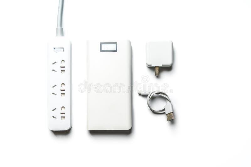Nasadki zasilania elektrycznego wtyczkowy bank i druciany biały kolor odizolowywamy save energię i zmniejsza wydajności energii p obrazy stock