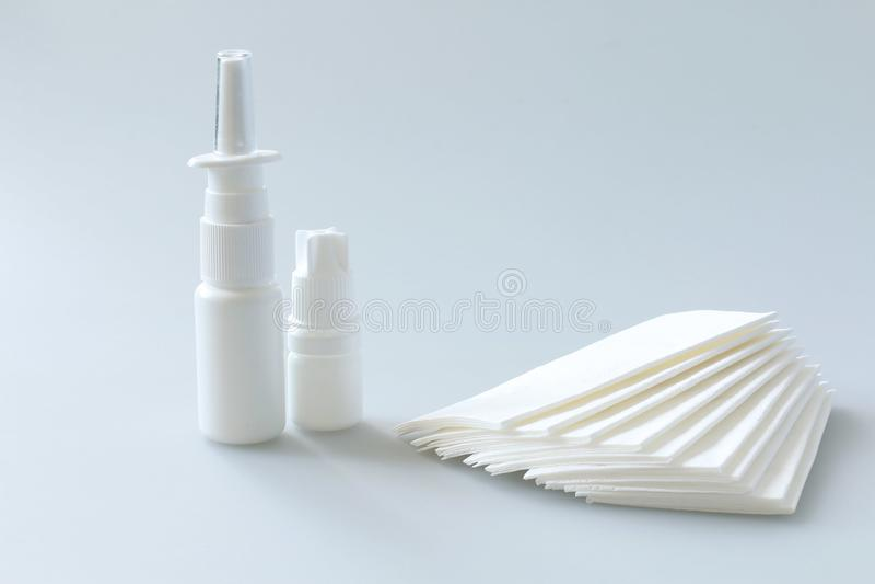 nasale Drogen, Spray und Taschentücher stockbild