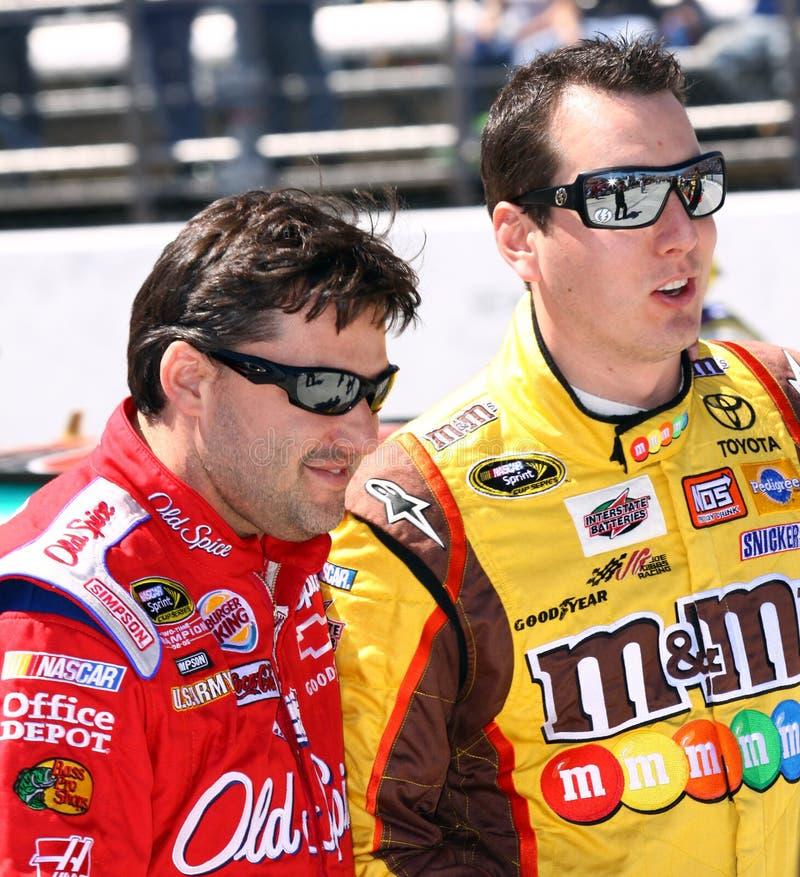 NASCAR - as colegas de equipa anteriores compartilham de um riso fotografia de stock