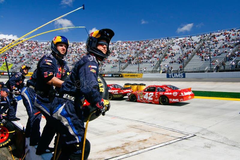 NASCAR - de Bemanning van de Kuil Klaar op de Muur!!! stock foto's