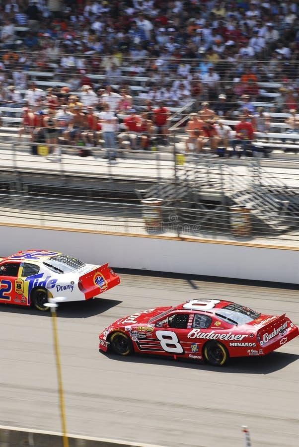 NASCAR Fahrzeuge und Stadion stockbild