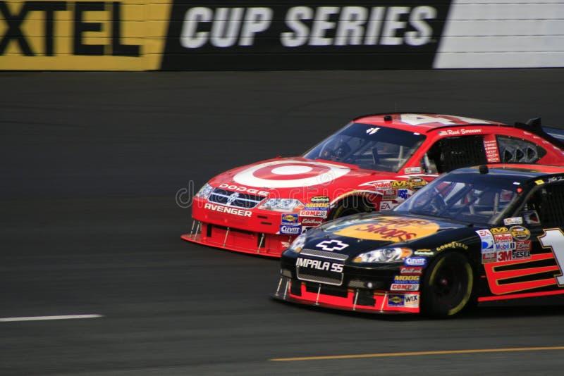 NASCAR - Garganta e garganta! fotografia de stock royalty free
