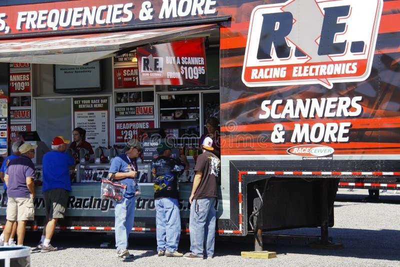 NASCAR - Les ventilateurs vérifient emballer l'électronique images libres de droits