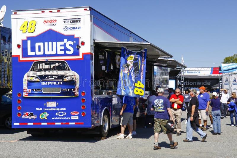 NASCAR - Os ventiladores compram em Johnson'sTrailer fotos de stock