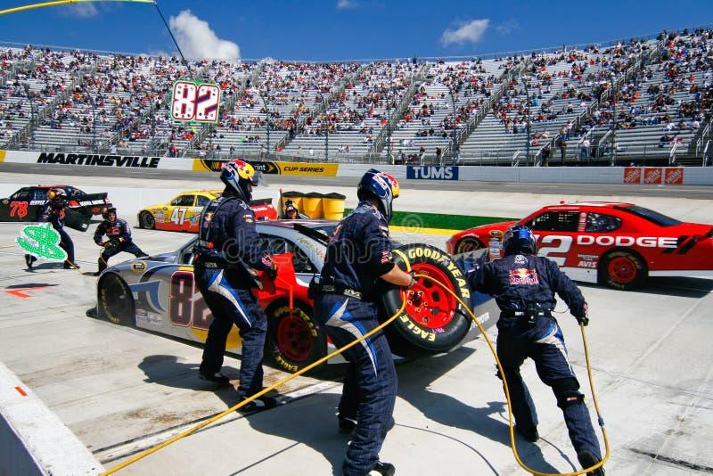 NASCAR - Pneus em mudança do grupo de poço na estrada ocupada do poço fotos de stock