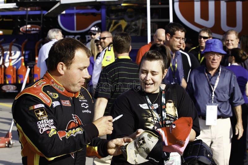 NASCAR - Ryan Newman kennzeichnet Autographe für Gebläse stockbilder