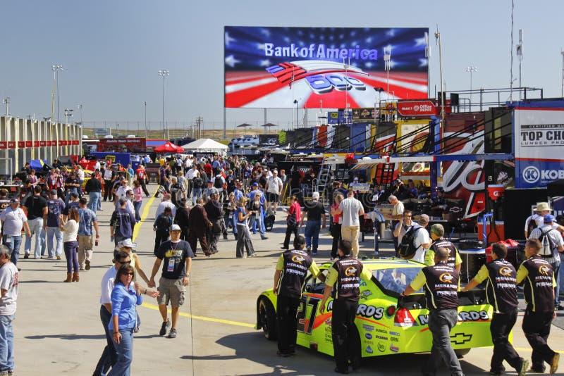 NASCAR - Ventiladores de Charlotte en del garage del área raza pre fotografía de archivo