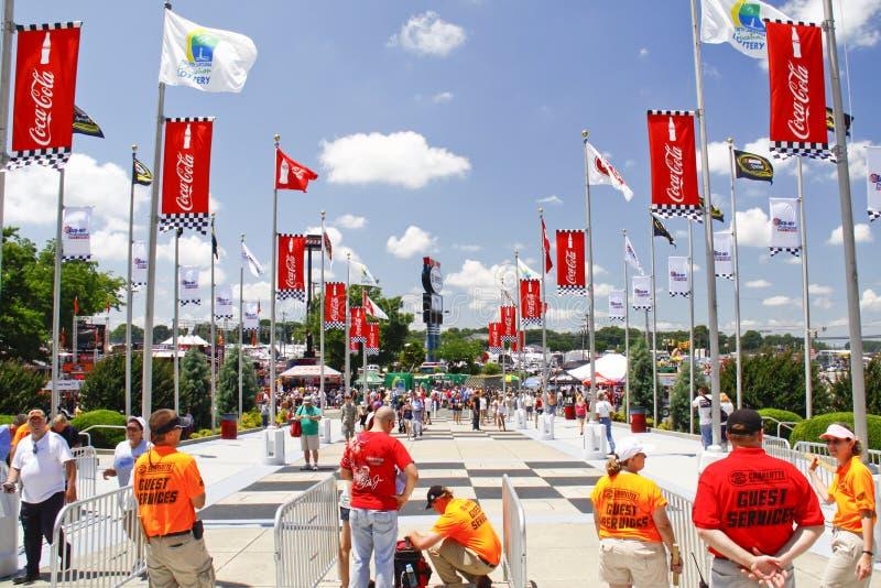 NASCAR - Ventiladores de espera a chegar na porta imagem de stock royalty free