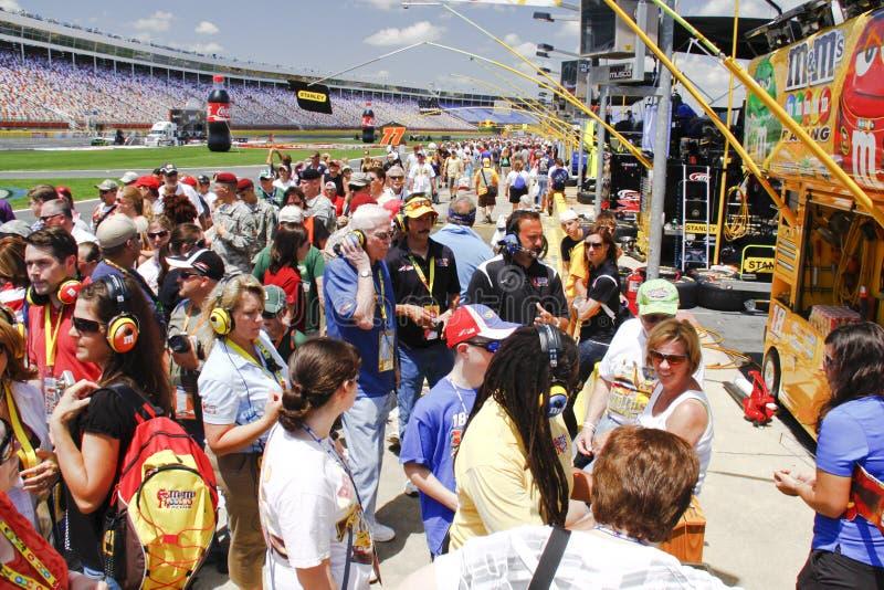 NASCAR - ventiladores na estrada do poço em Charlotte fotografia de stock