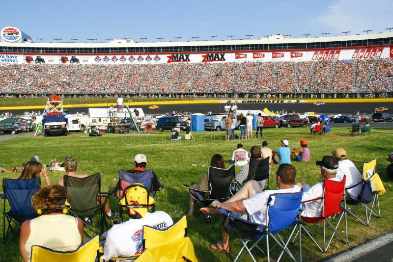 NASCAR - ventilators in infield en de tribunes royalty-vrije stock afbeelding