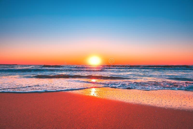 nascente de praia ou pôr do sol com céu azul limpo e sol nascente foto de stock