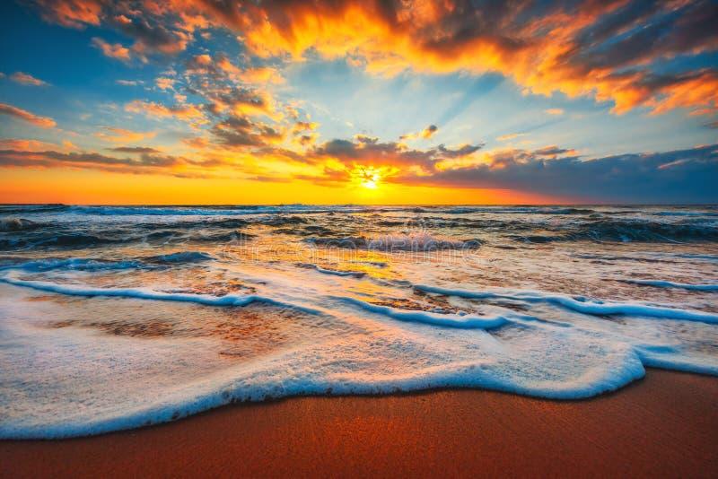 nascente de praia ou pôr do sol sobre o mar tropical e o céu com nuvens fotografia de stock royalty free